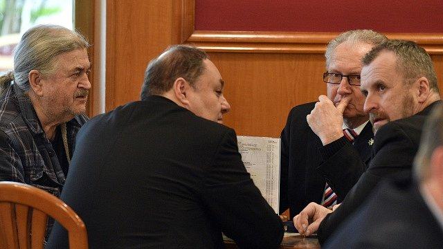 V TOP Hotelu Praha se sešli 27. ledna 2018 příznivci prezidenta Miloše Zemana, aby zde sledovali spolu s ním sčítání hlasů druhého kola prezidentských voleb. Vlevo je František Ringo Čech, druhý zprava senátor Jan Veleba.