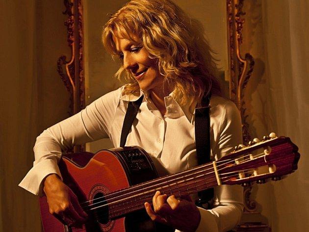 Kytaristka Lenka Filipová.