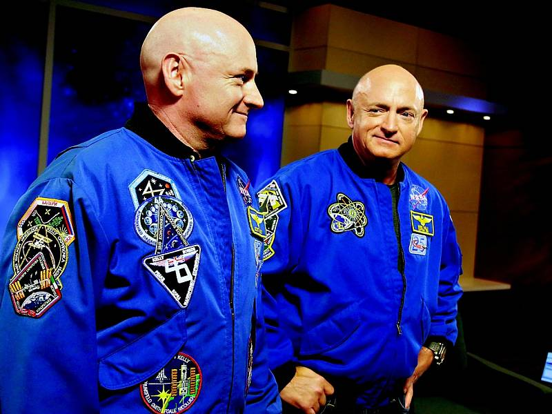 Scott Kelly (vlevo s bratrem Markem) ve vesmíru provedl na 400 vědeckých experimentů.