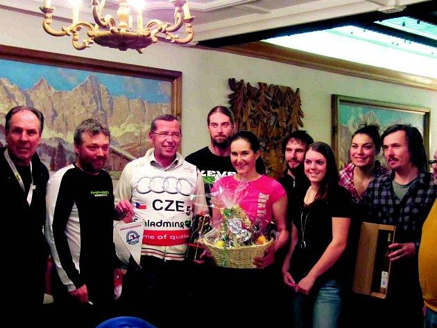 Místní z Tauplitzu se setkali s českými lyžaři. Sportovci dostali dárkový koš, perníčky a místní kořalku, starosta Tauplitzu zase dres s podpisy lyžařů.