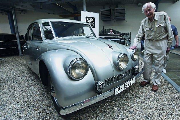Zikmund si vroce 2014přišel prohlídnout svůj vůz TAT RA 87, kter ým podnikli první cestu, vystavený vté době vNárodním technickém muzeu.