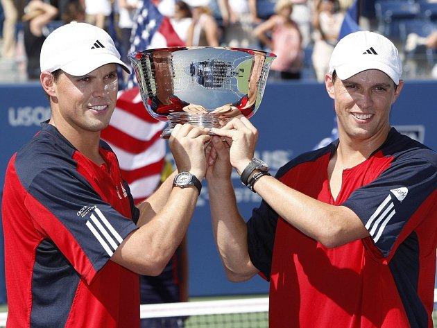 Bob a Mike Bryanové vyhráli US Open.