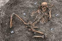 Šestadvacet lidských koster se našlo při pokládání potrubí