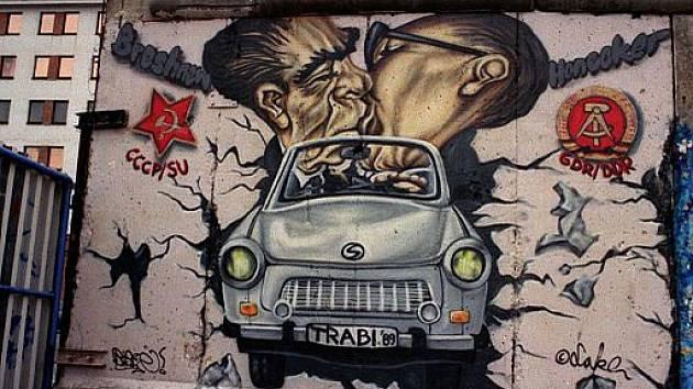 Graffity na dnešním monumentu Berlínské zdi. Líbající se Leonid Brežněv a Erich Honecker
