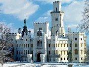 ZÁMEK HLUBOKÁ. Objevil se například v pohádce Pyšná princezna. Ve skutečnosti na něm sídlili třeba Pernštejnové, páni z Hradce nebo Schwarzenbergové.