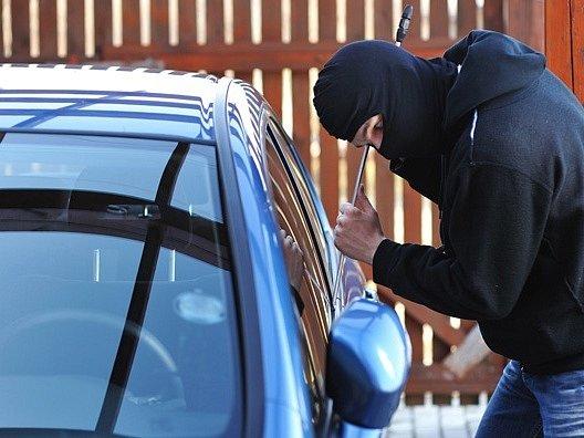 Zloději aut na Vánoce vyčkávají.