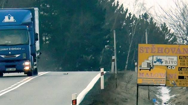 Jen od Prachatic k Vitějovicům lze mimo obec napočítat na čtyřiadvaacet různých reklamních poutačů kolem silnice