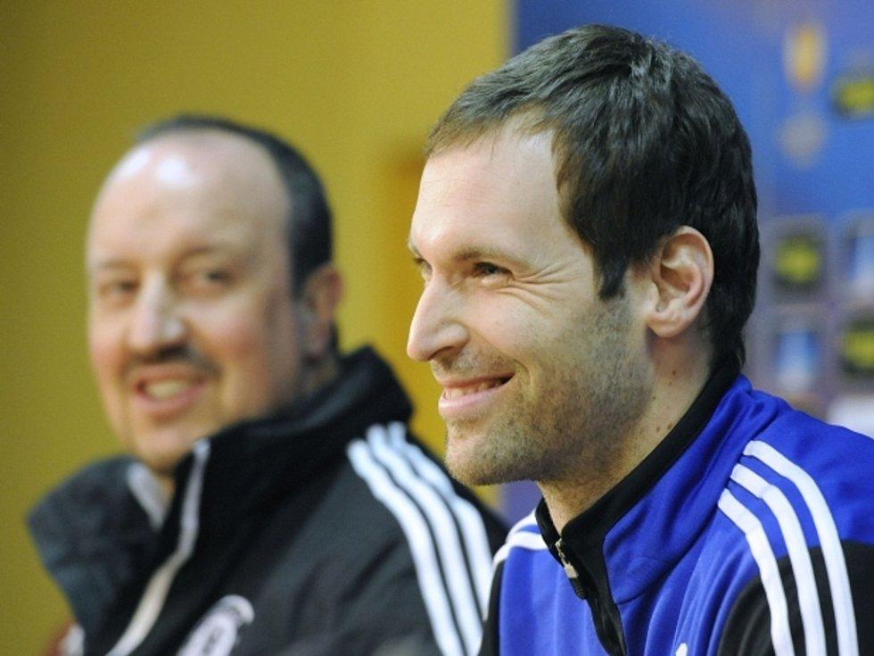 Brankář Chelsea Petr Čech (vpravo) a trenér Rafael Benítez na tiskové konferenci před zápasem proti Spartě.