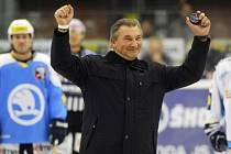 O čestné vhazování v zápase Plzně s Vítkovicemi se postarala legenda světového hokeje Vladislav Treťjak.