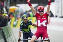 Kolumbijec Quintana (vlevo) a Ilnur Zakarin v cíli druhé etapy.