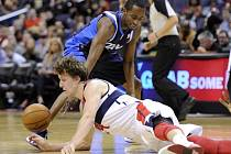 Basketbalista Washingtonu Jan Veselý (vlevo) proti Dallasu.