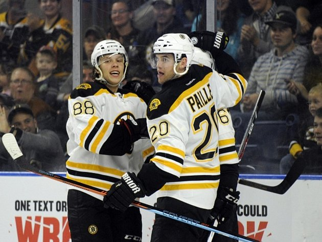 David Pastrňák z Bostonu (vlevo) se raduje se spoluhráči z gólu proti Islanders.