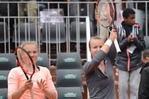 Kateřina Siniaková (vlevo) a Barbora Krejčíková se radují z vítězství nad Martinou Hingisovou a Saniou Mirzaovou.