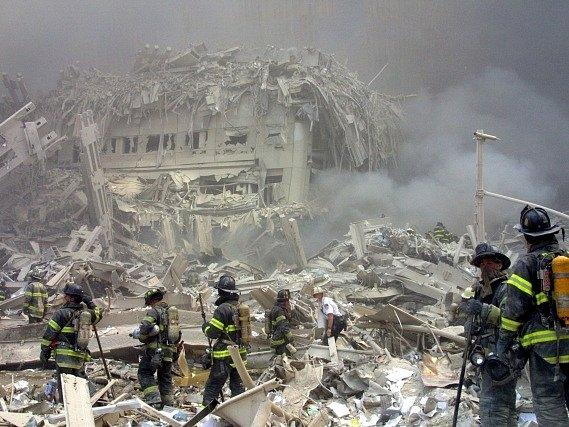 Záchranáři u trosek světového obchodního centra