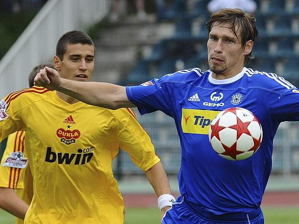 Miroslav Markovič z domácí Dukly (vlevo) a Aleš Škerle z Olomouce.