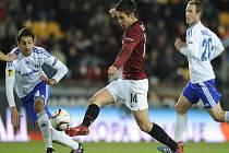 Sparťan Václav Kadlec se probíjí přes hráče Lausanne Jerome Sonnerata (vlevo) a Nicolase Marazziho.