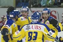 Hokejisté Davosu (zleva) Beat Forster, Petr Sýkora, Reto von Arx a Petr Tatíček se radují z gólu proti Dinamu Riga.