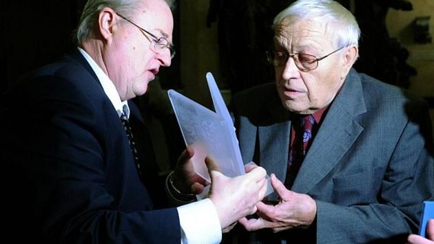 Vítězslav Houška (vpravo) převzal novinářskou Cenu Ferdinanda Peroutky.