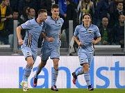 Patrik Schick (uprostřed) slaví se spoluhráči svůj gól v utkání s Juventusem.