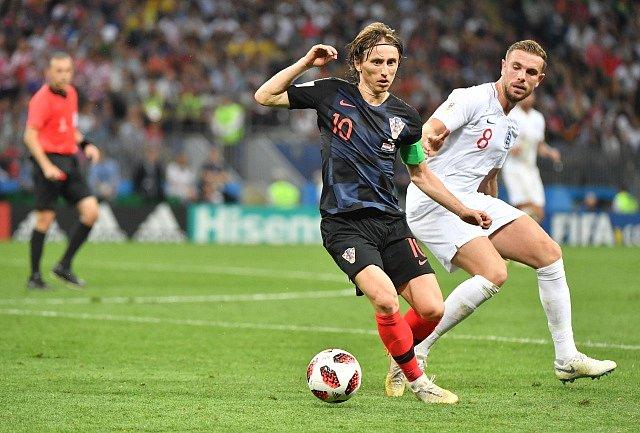 Jordan Henderson z Anglie (vpravo) a Luka Modrič z Chorvatska.