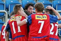 Fotbalisté Brna se radují z gólu.