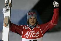 Norský skokan Tom Hilde oslavuje premiérové vítězství ve Světovém poháru.