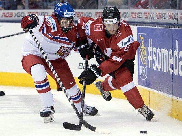 David Kaše (vlevo) a Luca Hischier ze Švýcarska na mistrovství světa dvacítek.