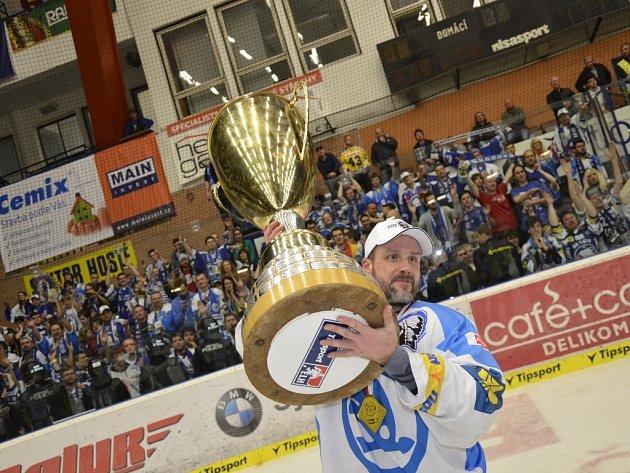 Kapitán Plzně Martin Straka s vytouženým mistrovským pohárem.