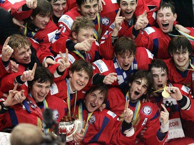 Mladí hokejisté Ruska slaví zisk titulu, který vybojovali na MS ve Finsku.