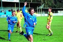 Fotbalista Lukáš Kmoch se raduje z gólu v dresu Kolína.