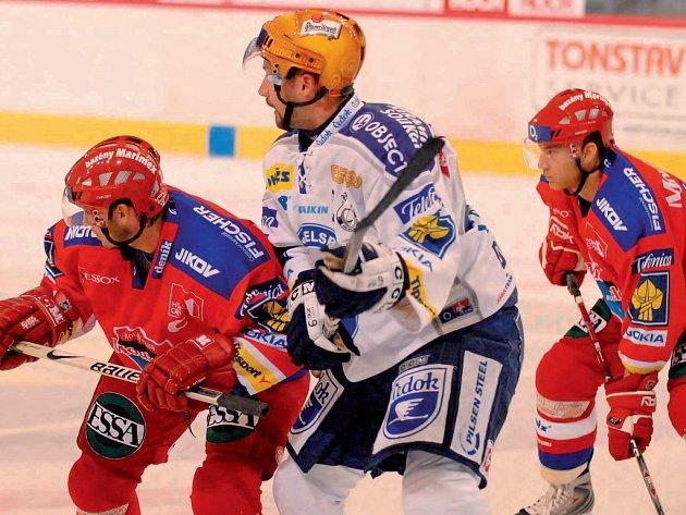 Nový muž sestavy hokejiitů HC Mountfield Tomáš Kůrka (na snímku vpravo přihlíží souboji Petra Sailera s plzeňským Divíškem) zatím podává velice kvalitní výkony.