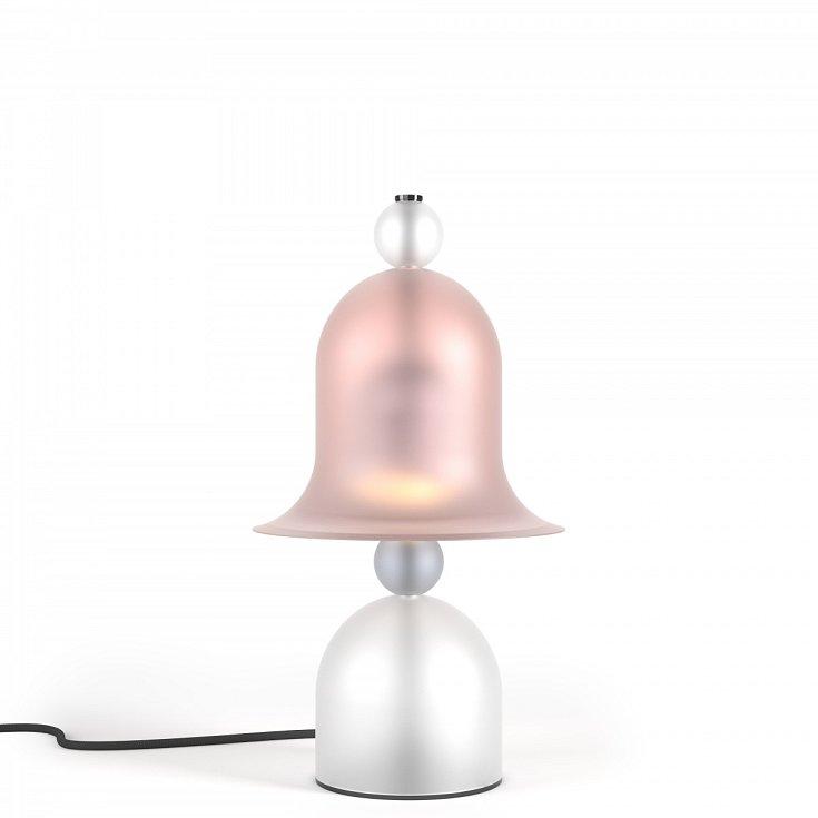 Lampa Siren přináší do prostoru hravost, založenou na experimentování sklasickým zvonovým tvarem stínidla.