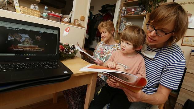 Jaroslav Balvín, krajský redaktor ze severu Čech si s rodinou zazpíval vánoční koledy v teple obývacího pokoje.