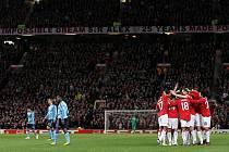 Fotbalisté Manchesteru (v červeném) se museli o postup obávat do posledních chvil. Ajax rudé ďábly totiž dokonale zaskočil.