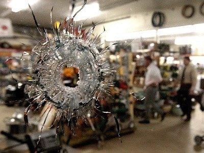 Nejméně deset lidí včetně sebe a své rodiny postřílel šílený střelec v úterý na jihu amerického státu Alabama. Muž zřejmě v amoku řádil na několika místech. Střelcem byl podle televize CNN pětatřicetiletý Michael McLendon.