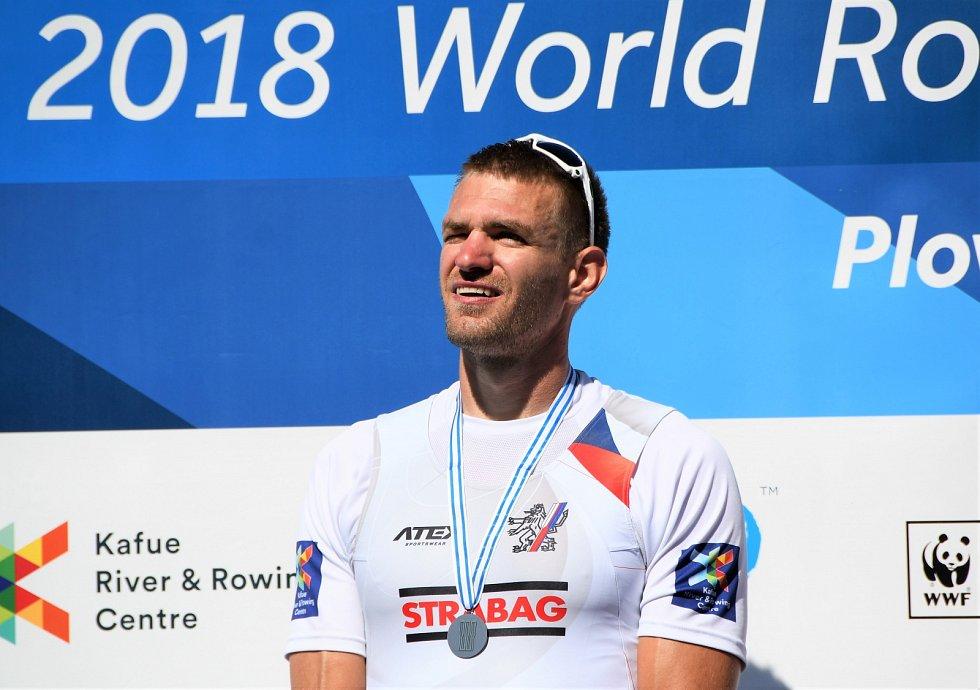 Ondřej Synek na stupni vítězů. Dále vítěz Nor Kjel Borch a bronzový Litevec Mindaugas Griškonis