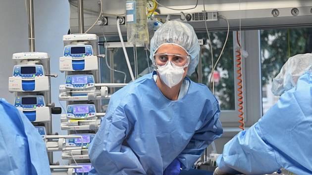 Podzimní smutný premiant. Vývoj koronavirové pandemie je na podzim nejhorší v Česku. Premiér Andrej Babiš na jaře prosadil, že na zdravotní důsledky epidemie nebude EU brát ohled.