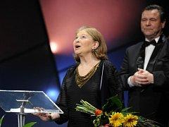 Herečka Marie Tomášová převzala 28. března v Národním divadle v Praze cenu Thálie 2008 za celoživotní činoherní mistrovství. Vpravo vzadu prezident Herecké asociace Václav Postránecký.