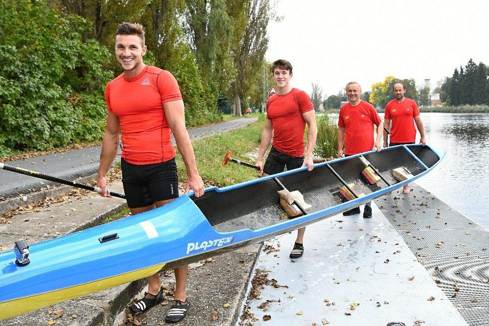 Rodina Fuksových na jedné kanoi (zepředu): synové Martin a Petr, děda Josef, táta Petr