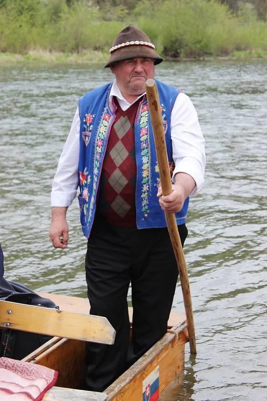 Největší atrakcí ve slovenském národním parku Pieniny je splavení řeky Dunajec na voru. Lidi na nich vozí pltníci v tradičních oděvech.
