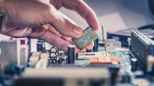 Nedostatek čipů, který výrobci pociťují od poloviny minulého roku, je způsobený pandemií covid-19. Světová produkce stojí na výrobě vasijských továrnách, která zasáhla opatření a výroba klesla.