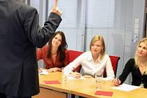 Lidé se často bojí šikanu na pracovišti řešit a snášejí ji dlouhou dobu. Ilustrační foto.
