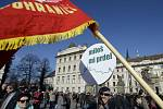 Na Hradčanském náměstí v Praze se dnes odpoledne sešlo několik set příznivců prezidenta Miloše Zemana, aby mu před druhým výročím nástupu do úřadu vyjádřili podporu.