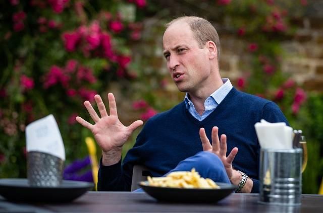Princ William při znovuotevření jedné z místních hospod