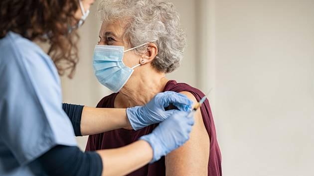 Přednostní očkování seniorů provází řada lží a dezinformací, které začaly spojovat dlouhodobé nemoci a neduhy stáří s vakcínou, ilustrační foto
