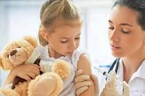 Americká nemocnice analyzovala u svých dětských pacientů průběh nemoci covid-19 a zjistila, že méně závažné příznaky měly ty děti, které podstoupily sezónní očkování proti chřipce, ilustrační foto