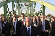 Maďarský prezident László Solyom na přeshraničním mostě do slovenského Komárna v pátek 21. srpna.