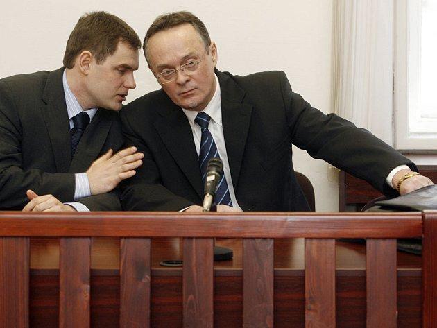 Zdeněk Doležel (vpravo) se svým obhájcem