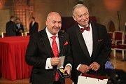 Slavnostní ceremoniál udílení státních vyznamenání. Hudebník Michal David (vlevo) a herec Jan Vyskočil.