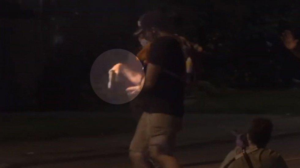 Třetí zasažený držel podle záběrů sám v pravé ruce střelnou zbraň